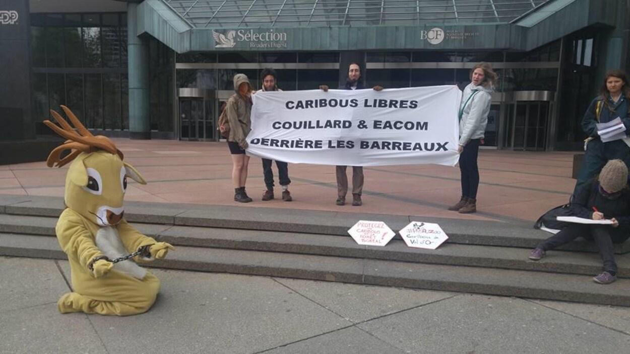 Manifestation devant les bureaux d'Eacom à Montréal
