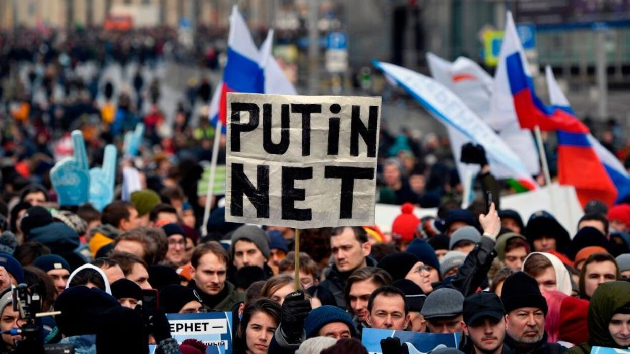 Une foule manifeste en Russie