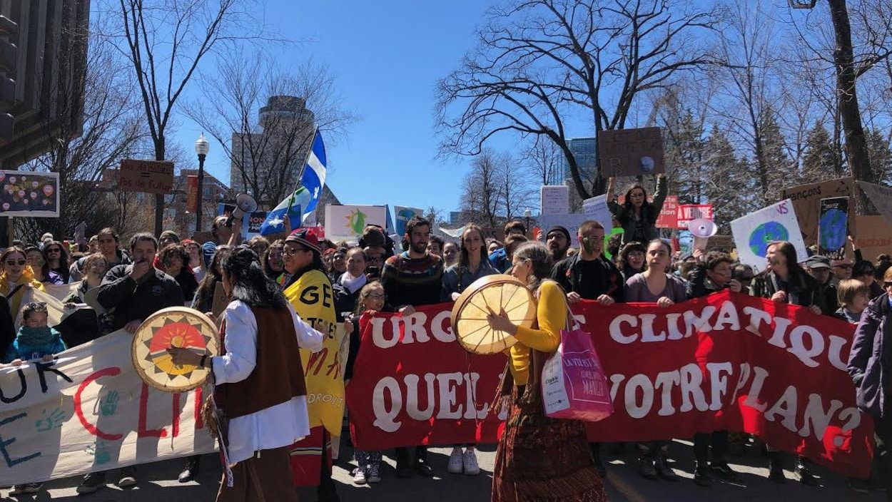 Des personnes manifestent sur la Grande Allée, à Québec, pour souligner la Journée de la Terre.