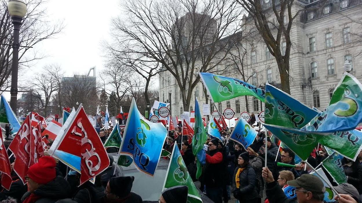 Des membres de quelques syndicats participent à une manifestation à Québec pour soutenir les juristes de l'État, en  février 2017.