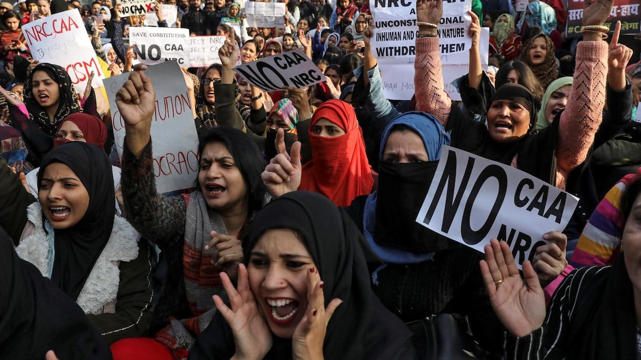 Des femmes manifestent contre la nouvelle loi sur la citoyenneté, devant l'Université Jamia Millia Islamia, à New Delhi, le 21 décembre 2019.