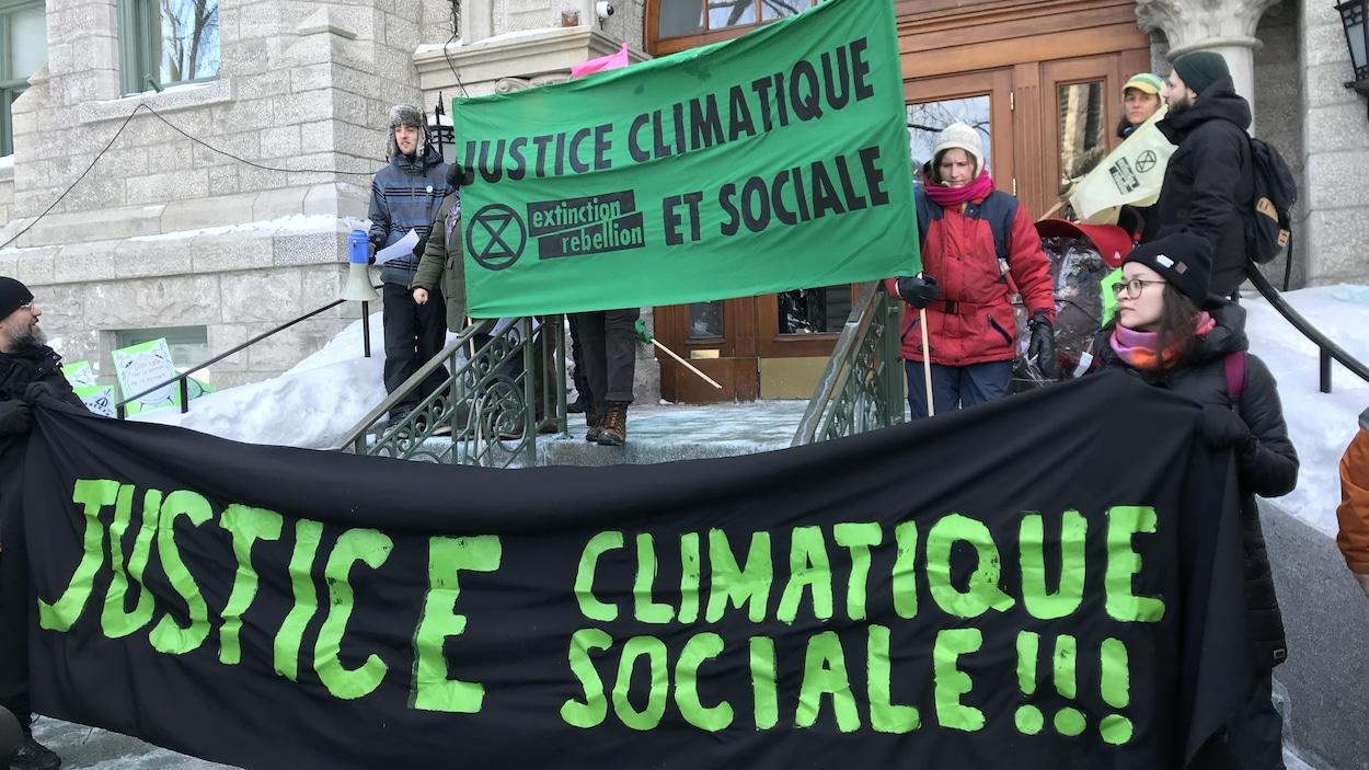 Un groupe de manifestants devant l'hôtel de ville de Québec.