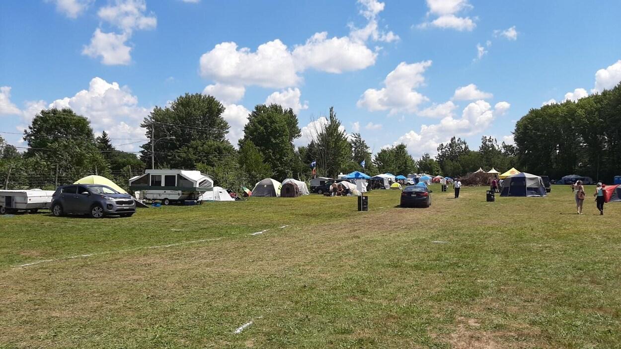Des tentes dans un champ.