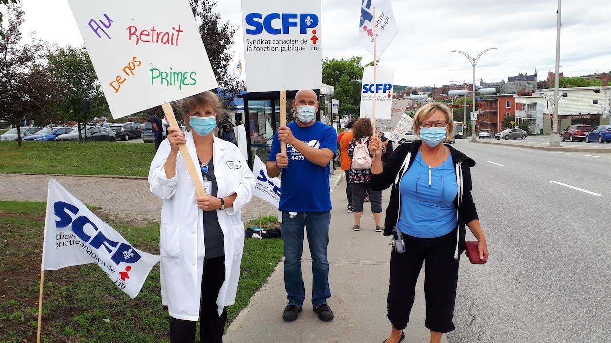 Des employés du réseau de la santé de l'Estrie manifestent à Sherbrooke.