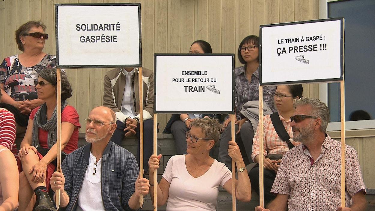 Ensemble pour le retour du train, peut-on lire sur une des pancartes.
