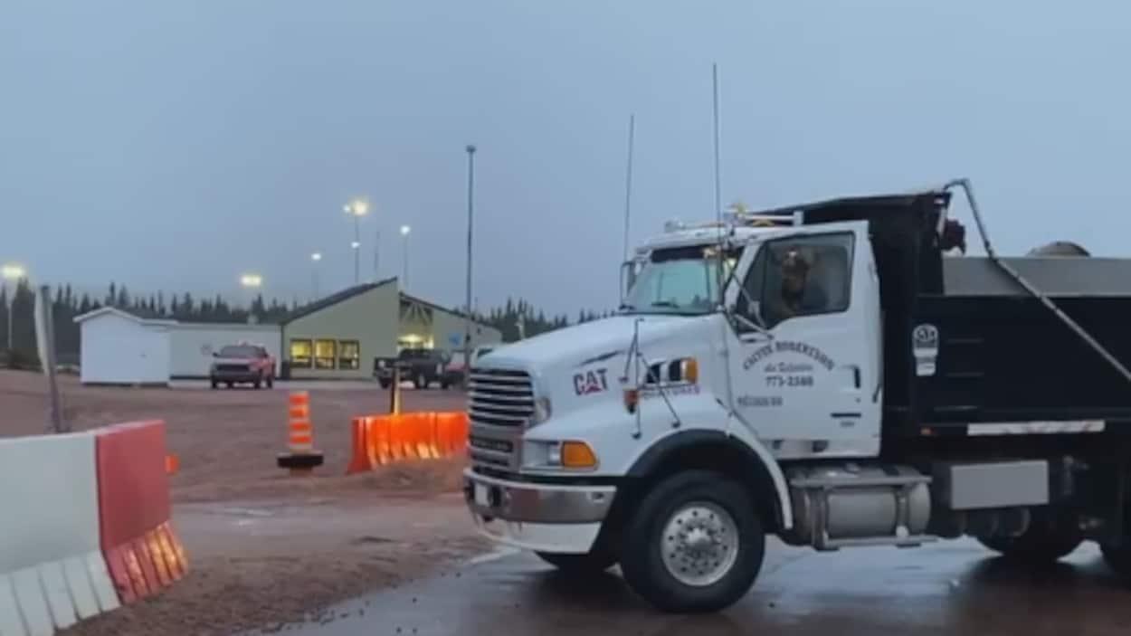 Un camion bloque l'accès à une route sur la Côte-Nord.