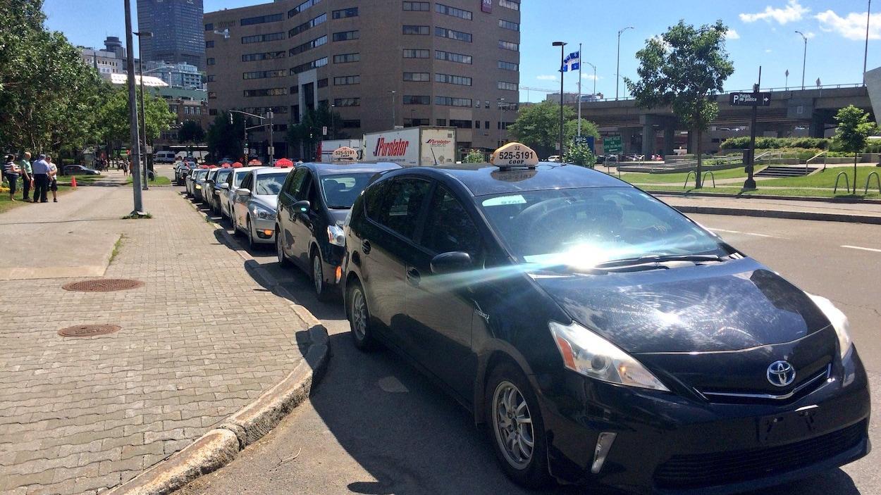 Des voitures de taxi stationnées lors d'une manifestation à Québec
