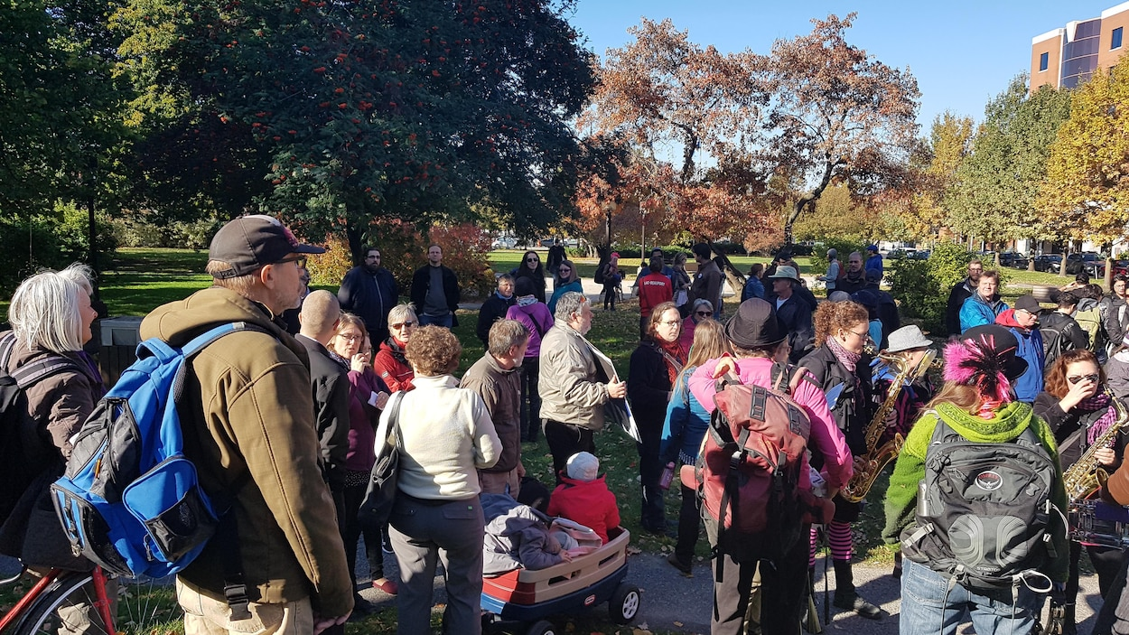 Des personnes qui manifestent dans un parc à Québec