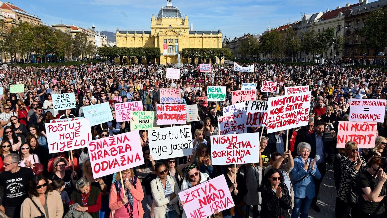 Des milliers de manifestants, certains brandissant des pancartes, devant le parlement de Croatie à Zagreb.
