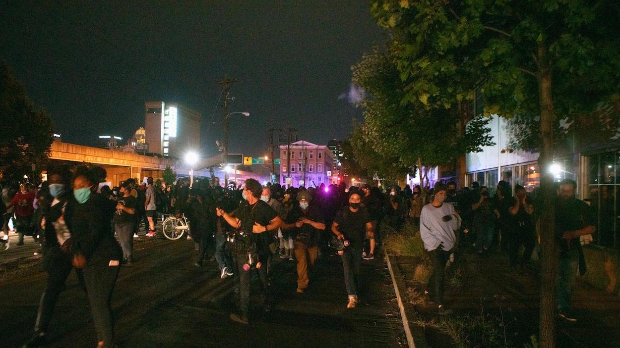 Des manifestants dans la soirée à Louisville, Kentucky