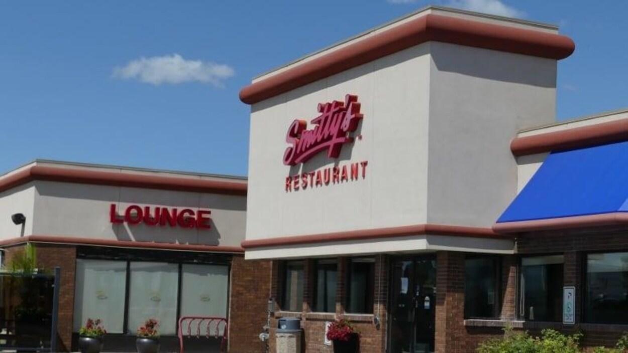L'entrée du restaurant Smitty's qui est fermé.