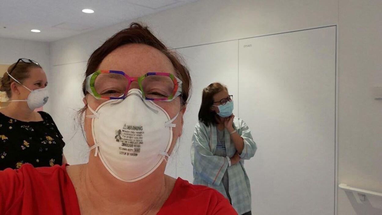 La femme avec un masque.
