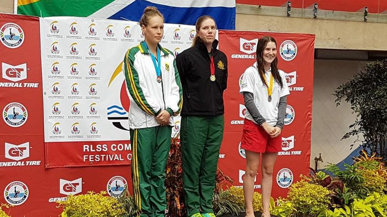 Manuelle Charbonneau (à droite) sur le podium à Durban, en Afrique du Sud