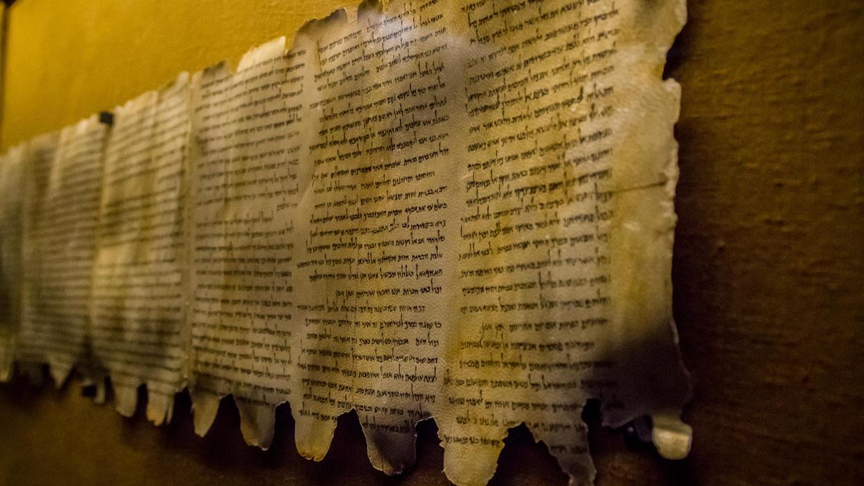 Les manuscrits de la mer Morte exposés sur le mur d'un musée.