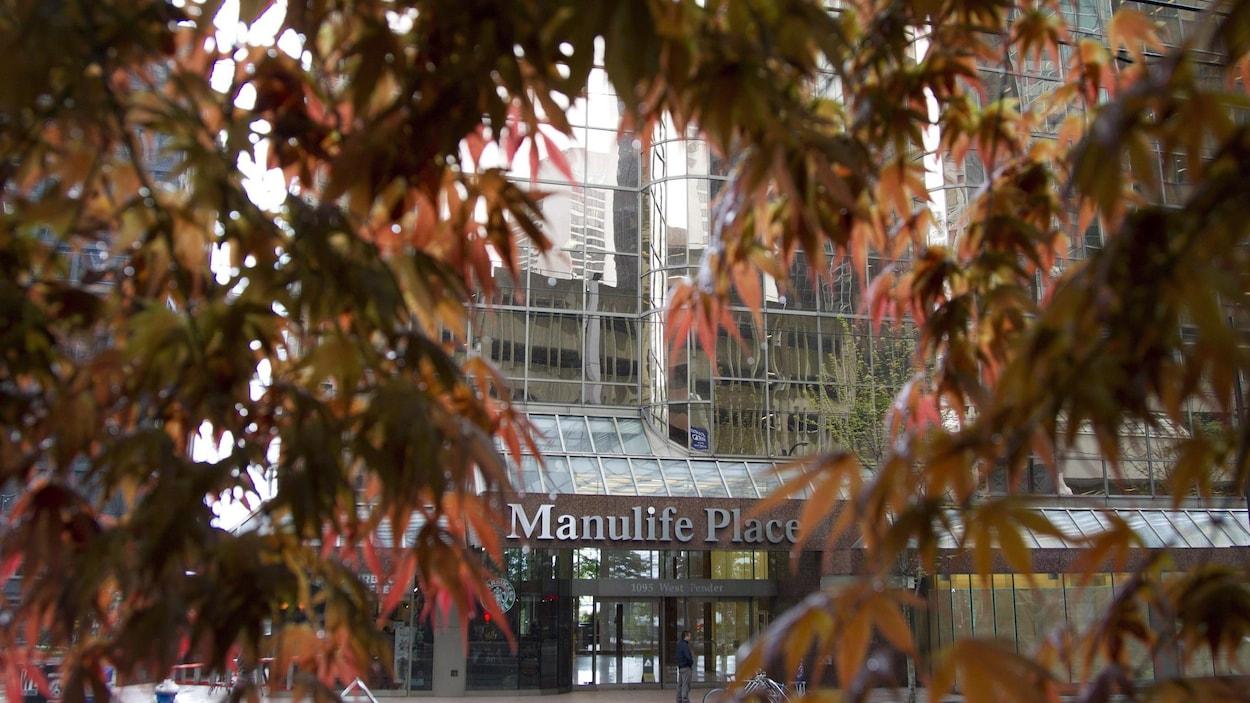 L'entrée d'un immeuble Manuvie au centre-ville de Vancouver.