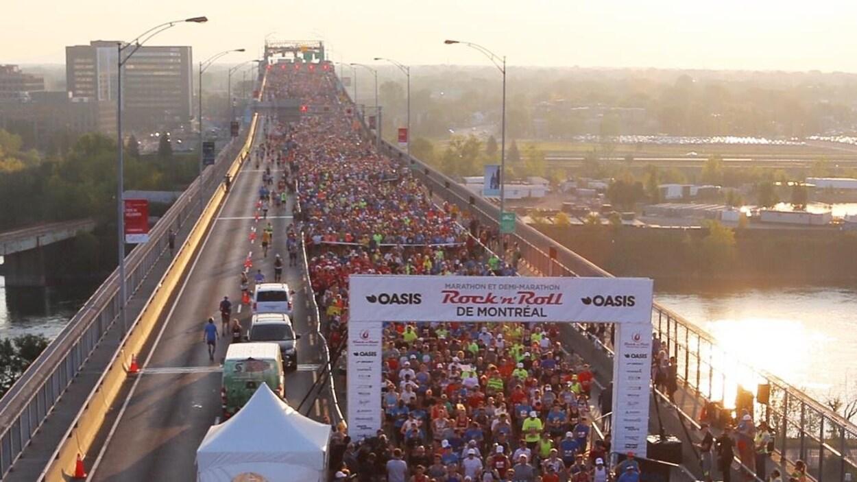 Des milliers de coureurs sur le pont Jacques-Cartier au départ du demi-marathon de Montréal.