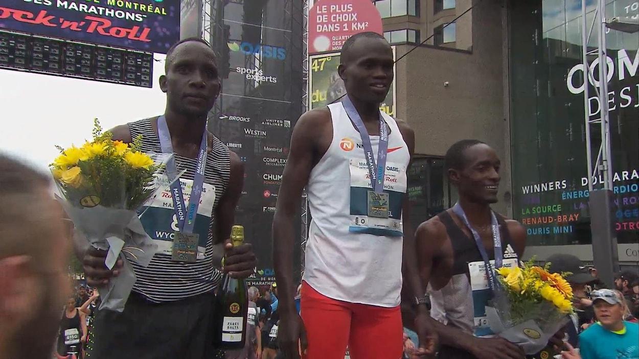 Les trois hommes sur le podium avec leurs médailles