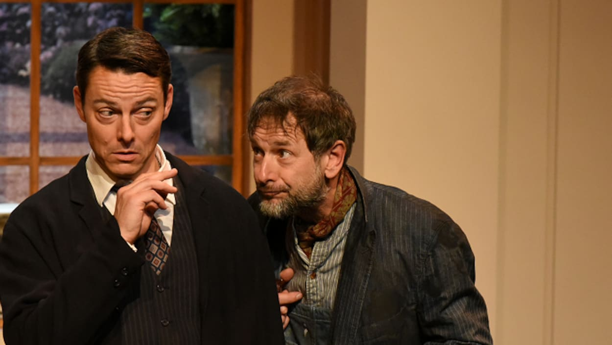 Le comédien Marc-André Coallier est sur la scène en train de jouer son personnage.