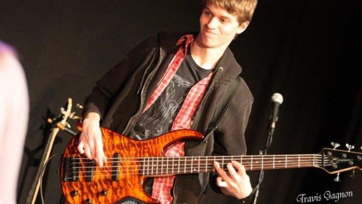 Marc-André Simard qui joue de la guitare