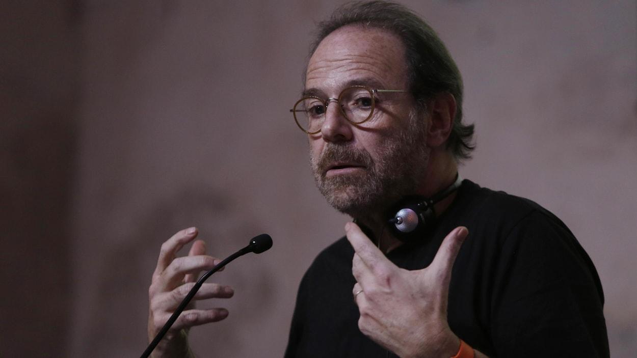 Marc Levy s'exprimant au micro