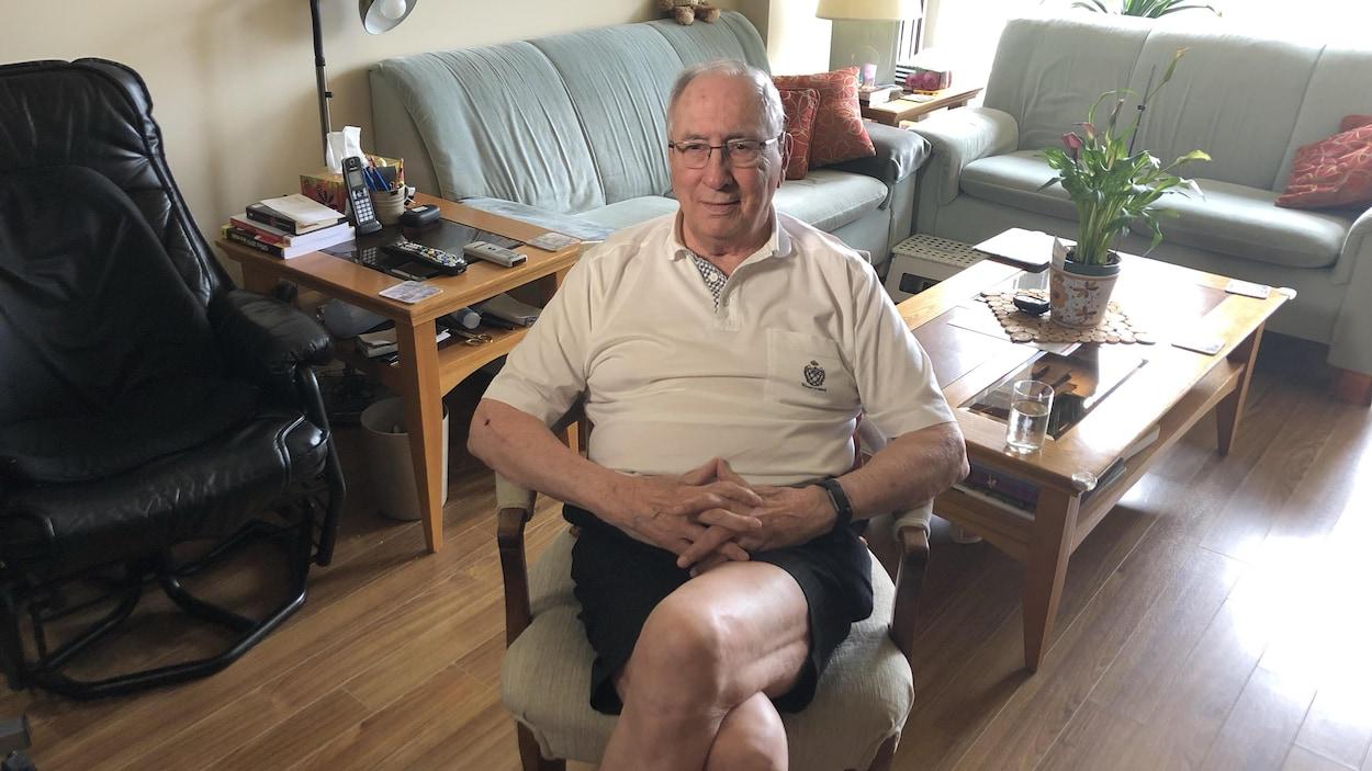 Marc Pettigrew installé sur une chaise dans son logement.