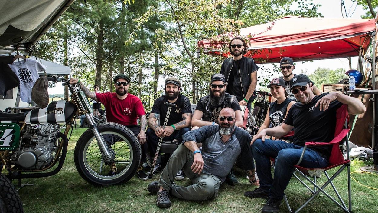 Marc Provencher entouré de différents adeptes de la moto