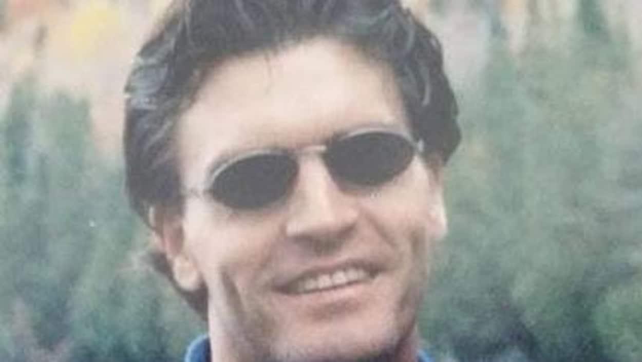 Marc Voisine avec des lunettes fumées