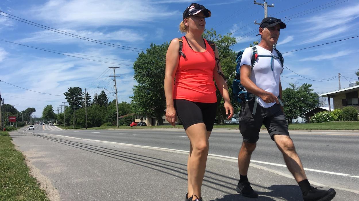 Patrice Coquereau marche sur une route du Centre-du-Québec.