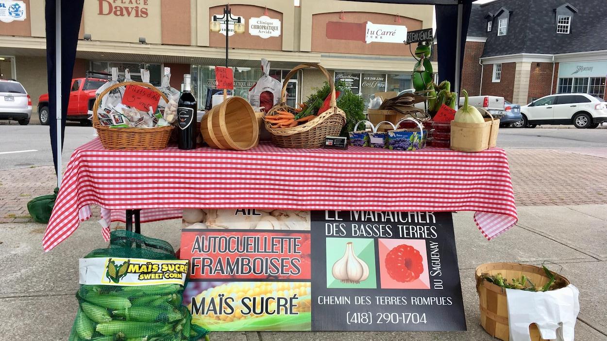 Un kiosque de fruits et légumes.