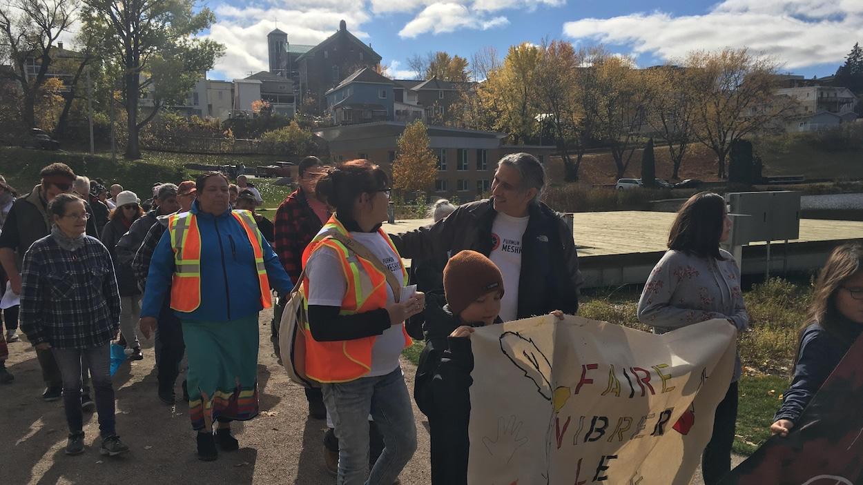Stanley Vollant marche en compagnie de membres de la communauté atikamekw de La Tuque.