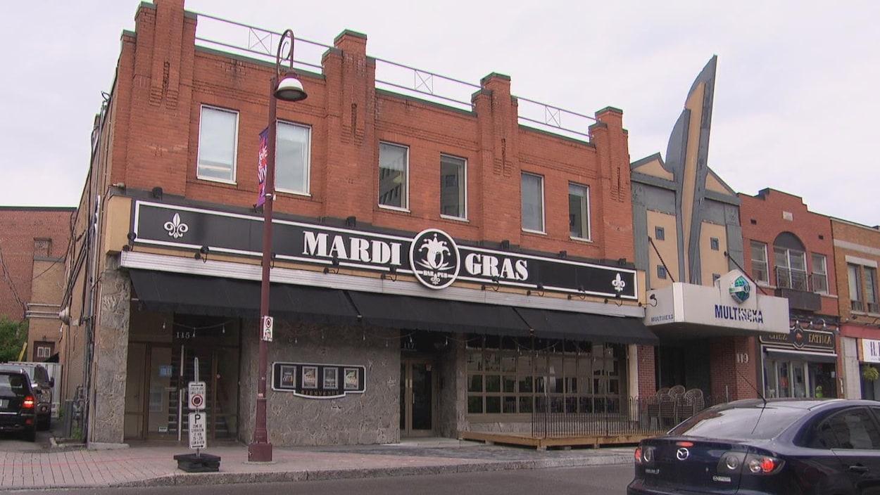 Le bar Mardi Gras est situé sur la promenade du Portage dans le secteur de Hull.