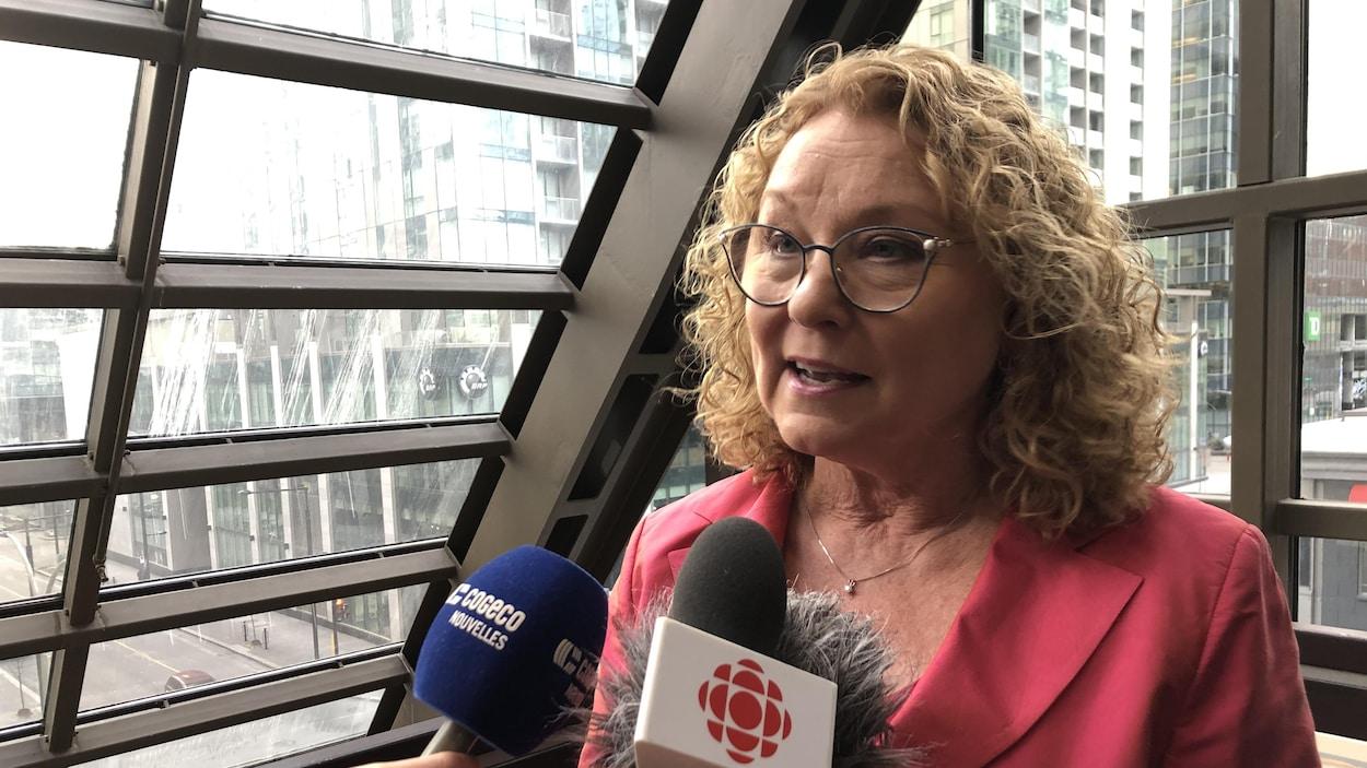 La ministre Marguerite Blais s'adresse aux médias.