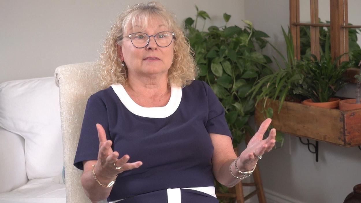 Marguerite Blais répond aux questions de la journaliste Madeleine Roy.