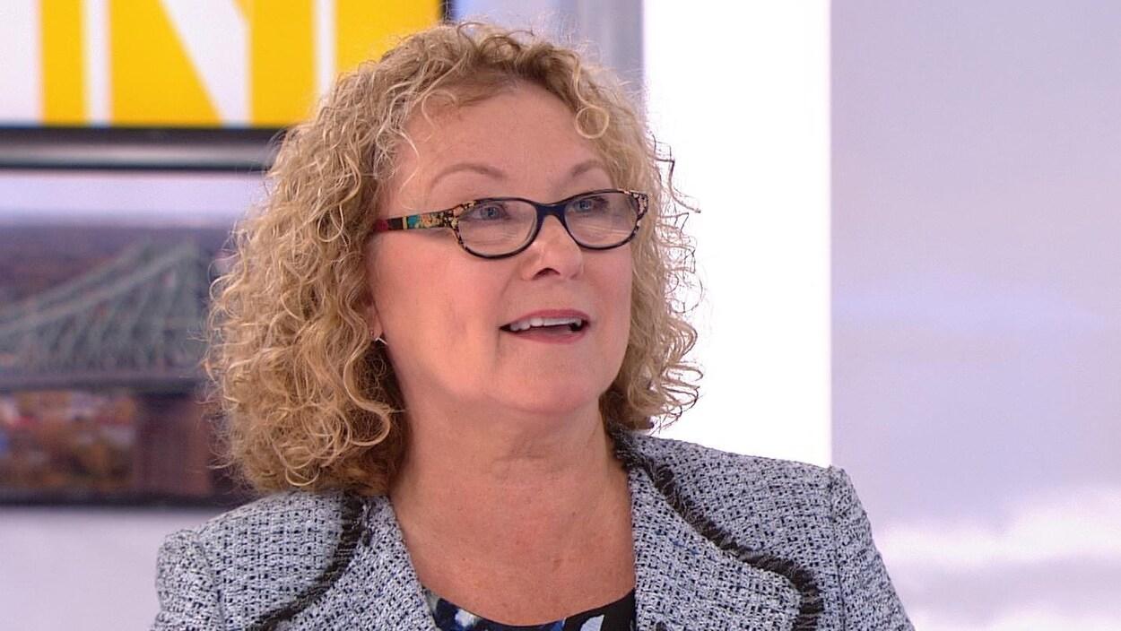 Marguerite Blais sur le plateau de télévision.