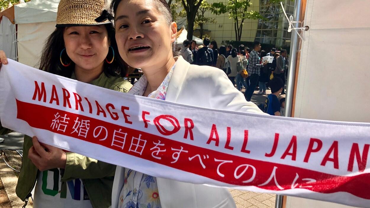 Halou Ono et Asami Nishikawa, l'un des 13 couples qui poursuivent le gouvernement japonais pour réclamer la légalisation du mariage homosexuel au pays.