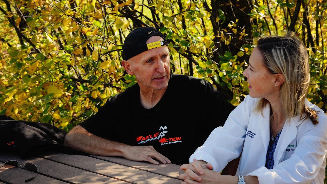 La Dre Marianne Coutu, chirurgienne cardiaque, en discussion avec son patient, Michel Morin, qu'elle a opéré trois fois.