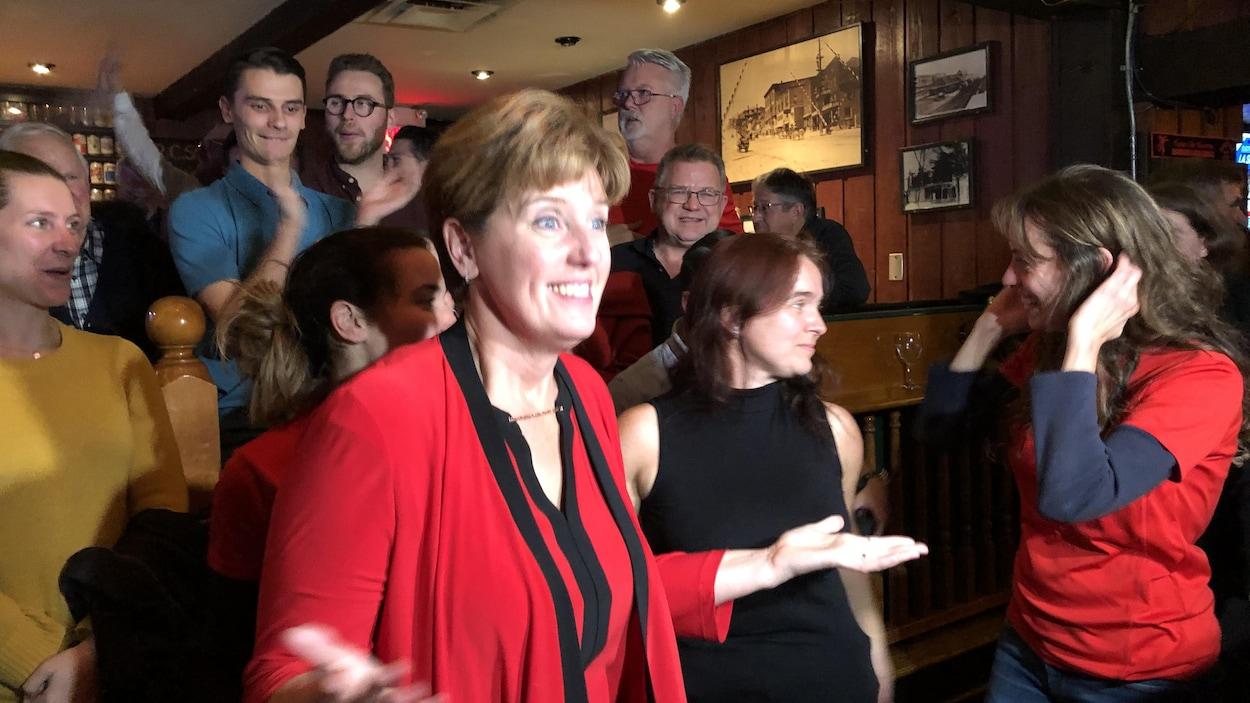 La libérale Marie-Claude Bibeau célèbre sa victoire.