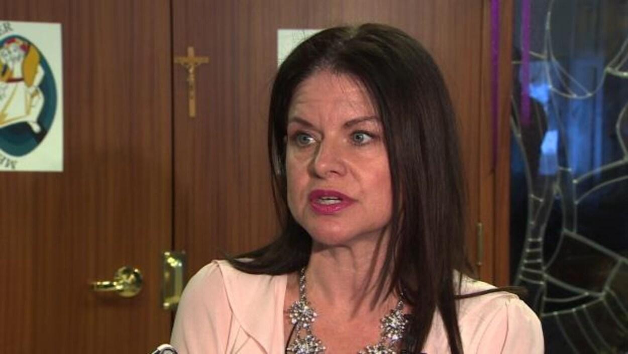 La membre du conseil d'administration du Conseil scolaire catholique d'Edmonton Marilyn Bergstra est en train de parler.