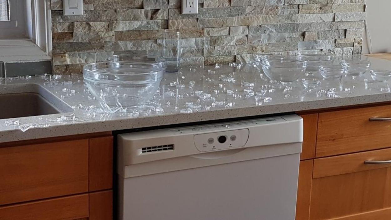 Des petits morceaux de verre étalés sur un comptoir.