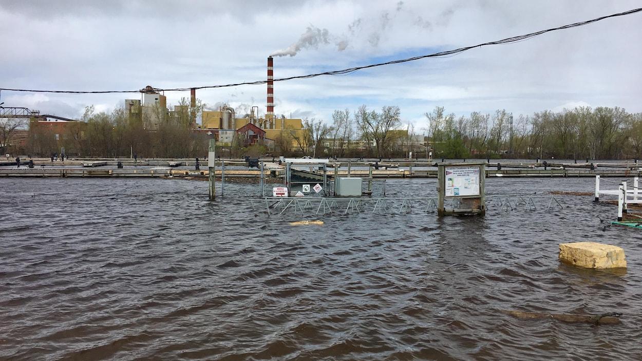 Vue de la marina de Trois-Rivières et la porte d'accès aux pontons inondées.