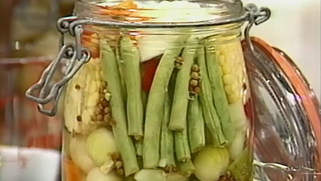 Pot de marinade de légumes avec des graines de moutarde.