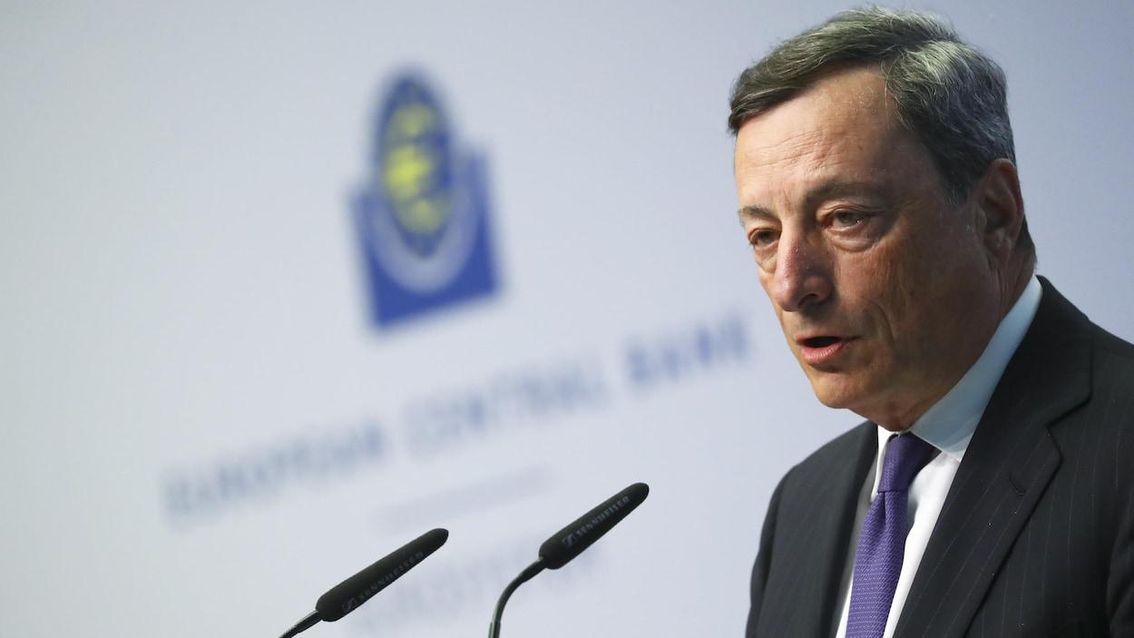 M. Draghi devant un micro.