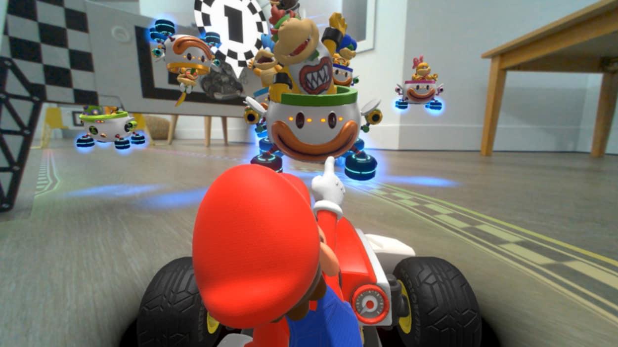 Une voiture de Mario Kart dans un salon.