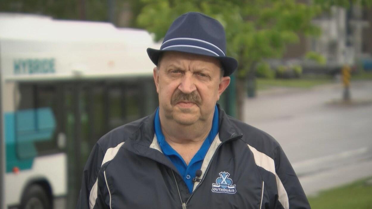Le président de Hockey Outaouais, Mario Lemery, à l'extérieur lors d'une entrevue à Radio-Canada.