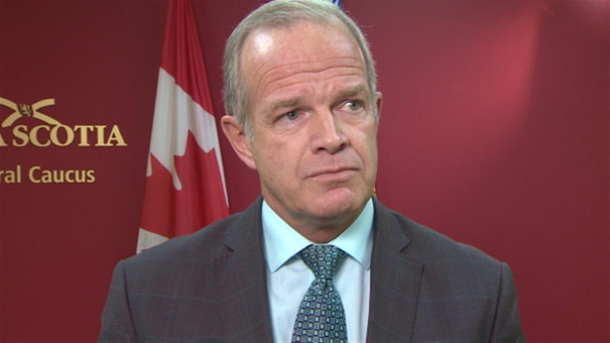 Le ministre de l'Entreprise Mark Furey