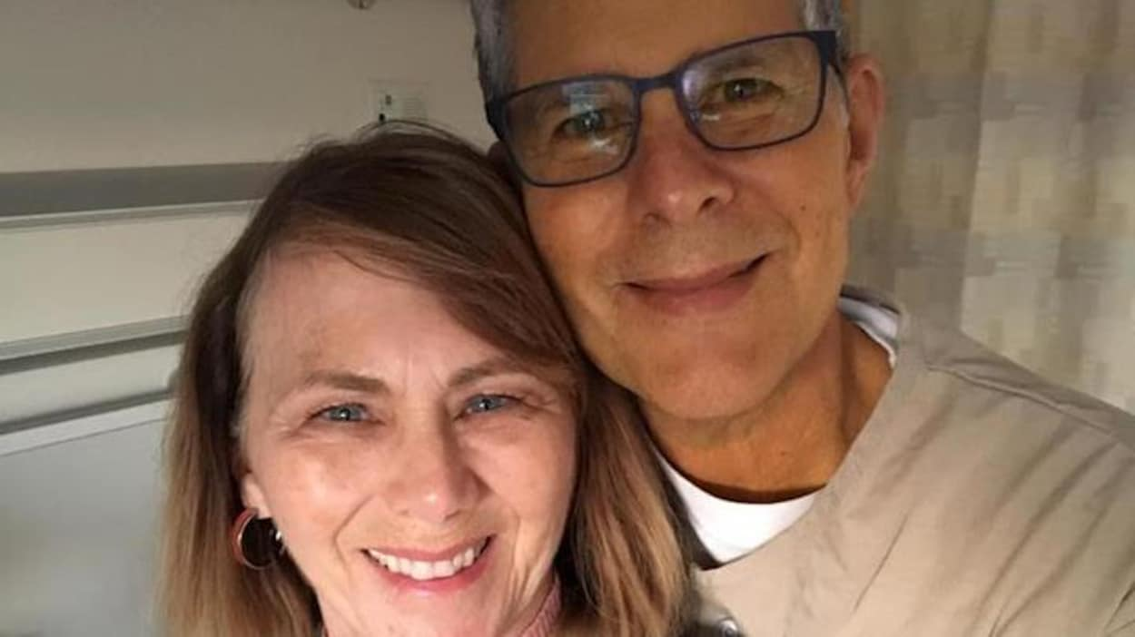 Un homme et sa femme dans une chambre d'hôpital.