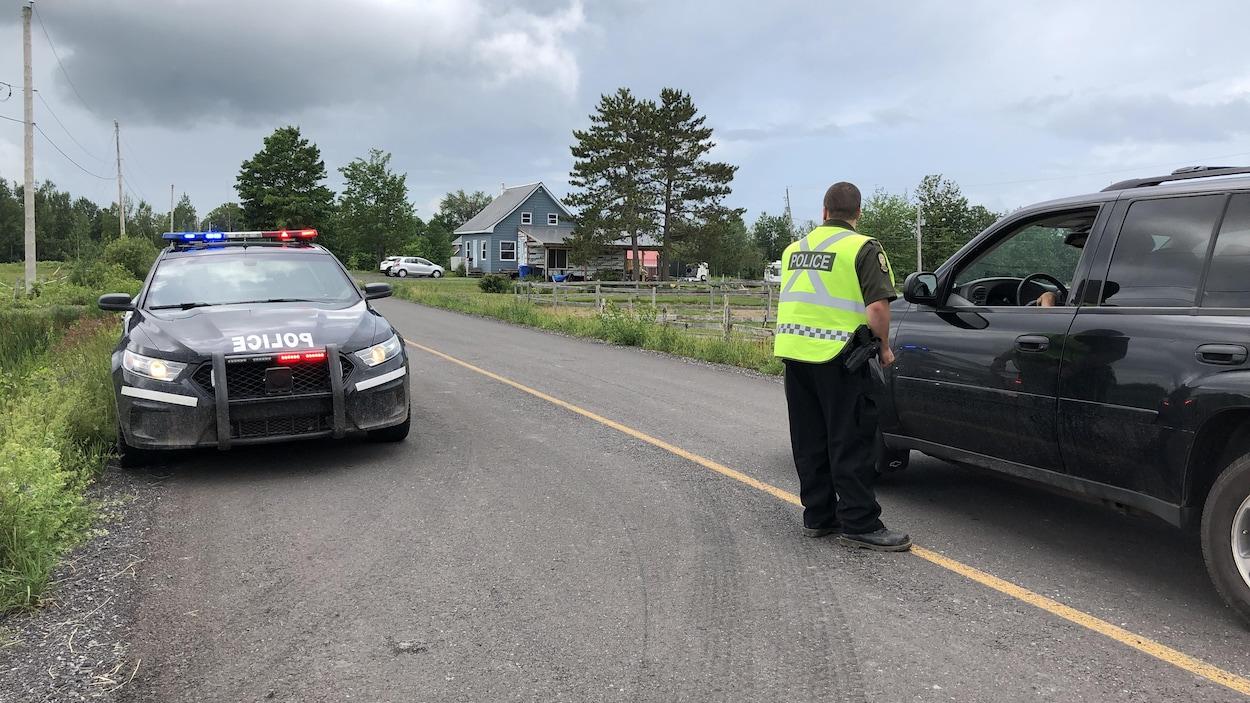 Un policier en discussion avec un automobiliste.