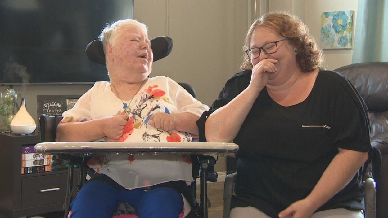 Mary Scott et son aide-soignate Chantelle Gibson assises l'une à côté de l'autre.