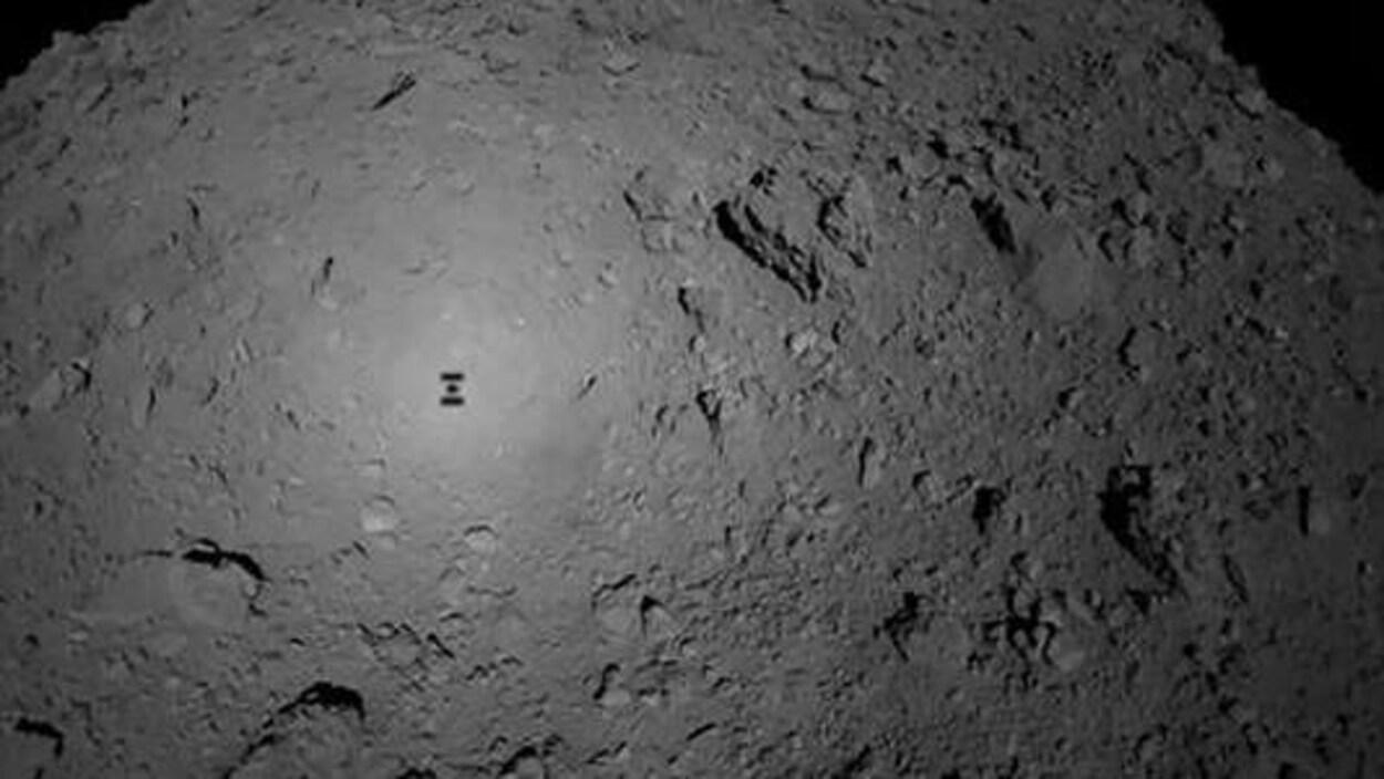 Photographie prise depuis la sonde Hayabusa2, le 3 octobre, au moment du largage du robot MASCOT sur l'astéroïde Ryugu.