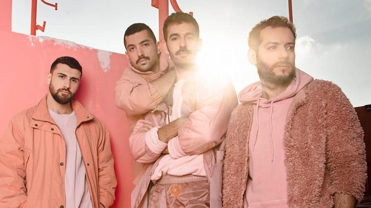 Les quatre personnes sont vêtues de rose.